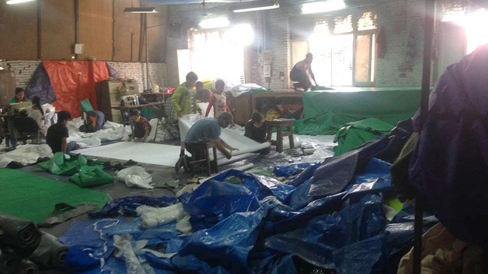 Zelte werden aus Planen und anderen Materialien selbst zusammengestellt, da es keine fertigen mehr zu kaufen gibt.