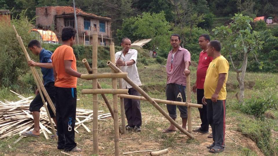 Bambushäuser werden gebaut, nach dem Prototypen eines von einem Inder entworfenen, erdbebensicheren Bambushauses