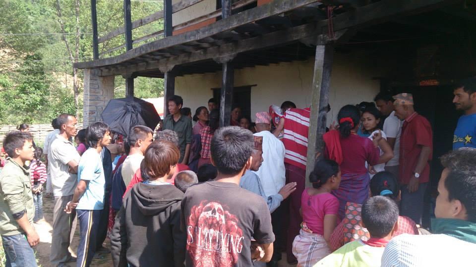 Im Dorf Gundu werden kurz nach dem ersten starken Erdbeben Nahrungsmittel an die Dorfbewohner verteilt.