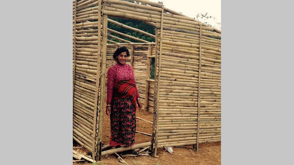 Die zukünftige (schwangere) Besitzerin im Eingang ihres neues Hauses