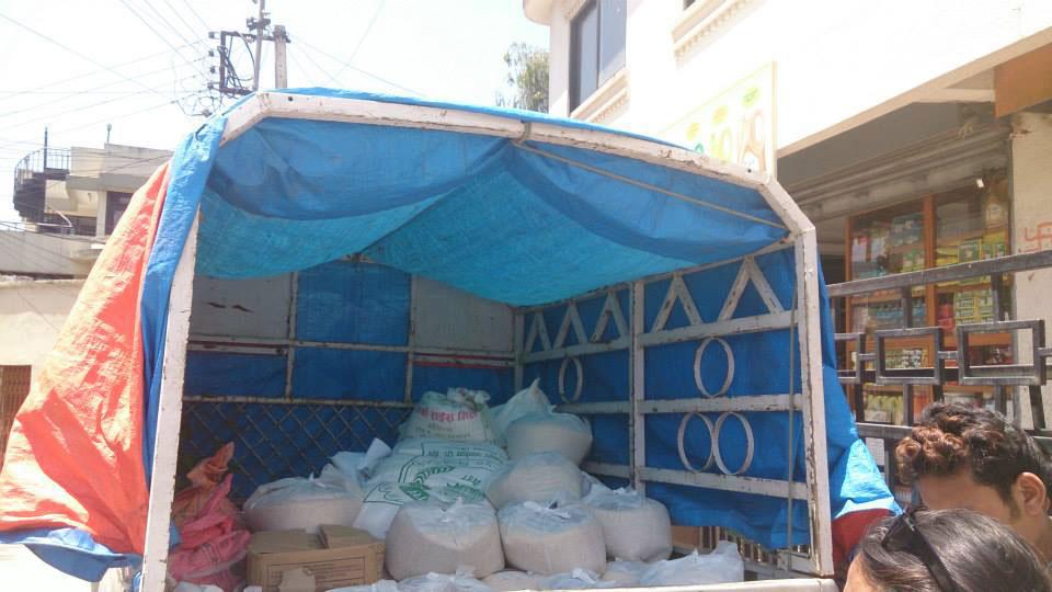 Ein Hänger voll mit Nahrungsmittel-Vorräten für Gundu