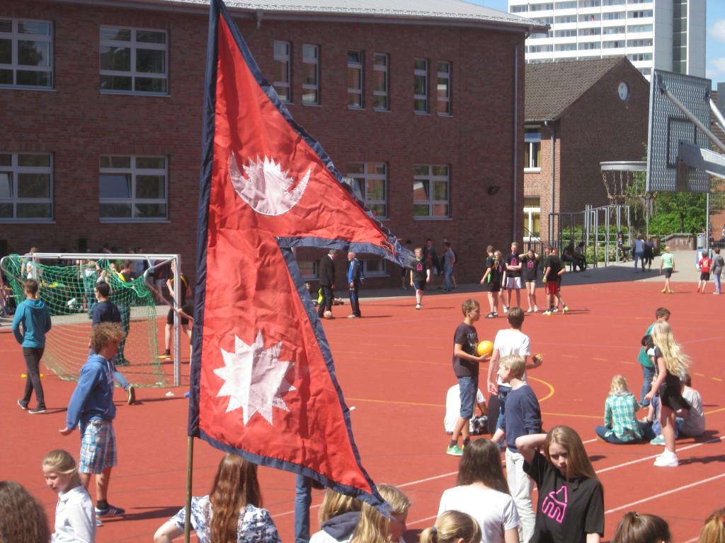 Die Flagge (ein Original aus Nepal) haben wir von meinem Großvater geliehen.