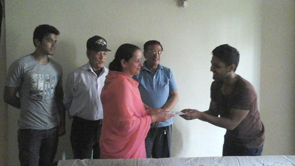 """Sajal überreicht 100€ an die Leiterin der NGO """"Divine Service Home"""""""