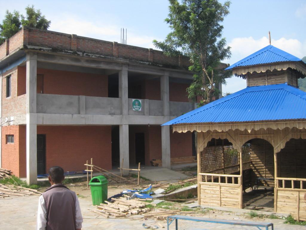 Links das unsichere -, rechts das neue Bambusgebäude.