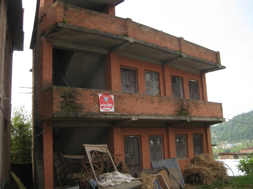 Das rote Schild hängt an allen unsicheren Gebäuden.